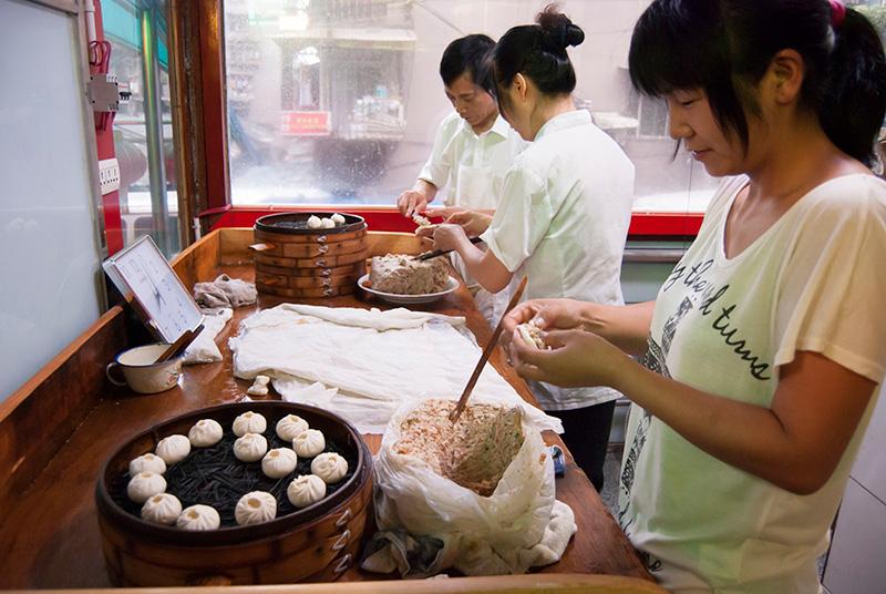 小桃园的工人正在包包子。虽然在宜昌市区开设有12家分店,但是仍保留古老的生产方式。
