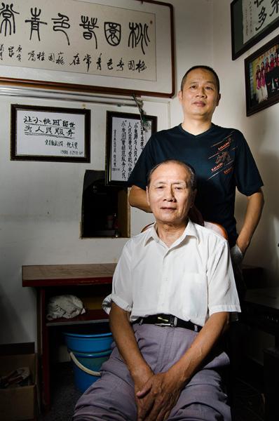 总经理万东山(前)和其子万楚平(后)用坚守和创新建设着至今有31年历史的宜昌餐饮老字号小桃园